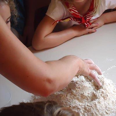 aralea-kinderboerderij-mikerf-paasbrood-bakken