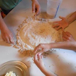 Aralea - Kinderboerderij Mikerf - paasbrood bakken