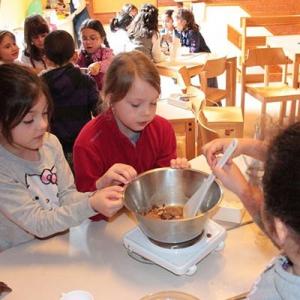 Aralea - Kinderboerderij Mikerf - zelf choco boter maken
